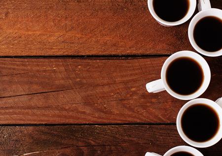 granos de cafe: Fondo de madera con la taza de caf� blanca