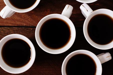 filizanka kawy: Drewniane tło z białego filiżanka kawy Zdjęcie Seryjne