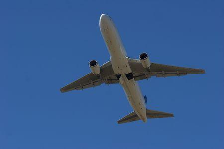着陸装置を上げると空港を離れるジェット 写真素材