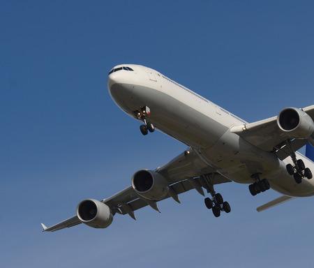 バンクーバー空港に入ってくる旅客ジェット機