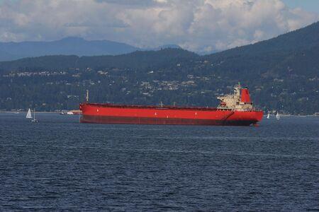バンクーバー港に停泊の貨物船