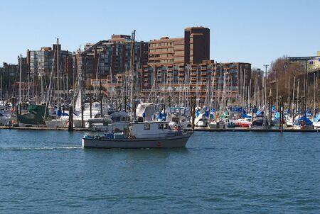 ボートが水に 1 日のバンクーバー港を出る