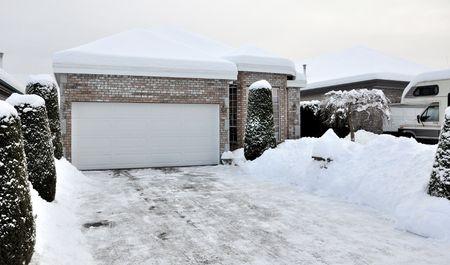 私たちの庭に冬の嵐の後の冬の雪