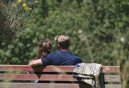 公園のベンチにいくつかの時間を楽しむカップル