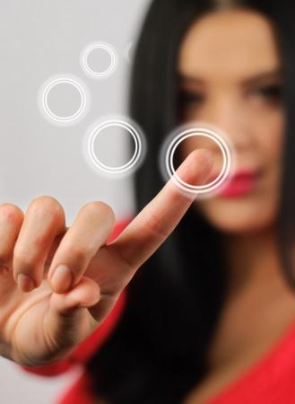 �cran tactile: presses fille int�ress�es les boutons de l'�cran tactile