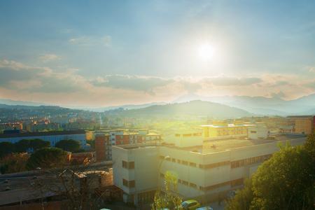 Panorama della città al tramonto. vista sui tetti Archivio Fotografico - 75695362