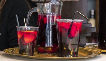 De typische drank van Garra de sangria van Spanje in de zomer. Gefotografeerd op de markt van San Miguel, typische markt voor tapas in de stad Madrid Stockfoto - 91477230