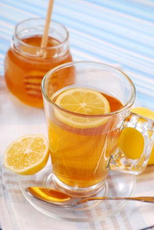 cold remedy: tea with lemon and honey as natural medicine