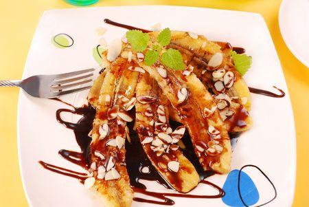platanos fritos: pl�tanos fritos con copos de almendras y salsa de chocolate