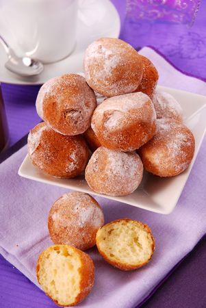 kleine zelfgemaakte donuts voor een partij  Stockfoto