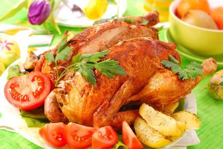 higado de pollo: pollo asado rellena de h�gado y perejil para la cena de Pascua  Foto de archivo