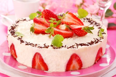 round cheesecake with fresh strawberries