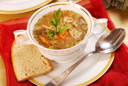 soup spoon: Zuppa di trippa tradizionale polacca con verdure in bianco eleganza stoviglie