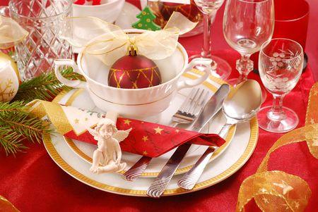 decoratie van Kerst mis tabel met engel in witte en rode kleuren
