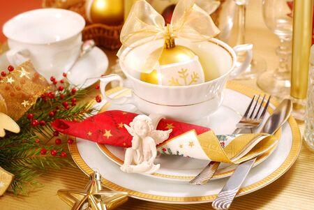 decoratie van Kerstmis tabel met angel in witte en gouden kleuren Stockfoto