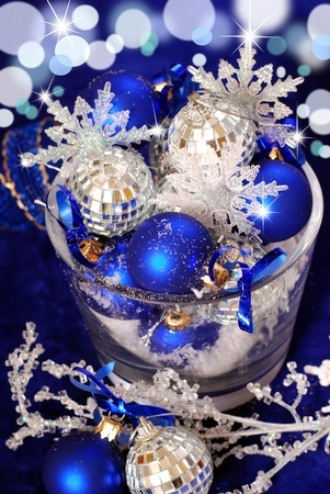christmas balls with snowflakes in glass vase with shining effect on deep blue background Zdjęcie Seryjne - 8255423