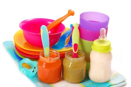 potten van verschillende babyvoeding en fles melk geïsoleerd op wit