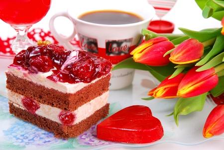 trozo de pastel: pastel de cerezo, el caf� y tulipanes para fiesta de San Valent�n