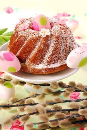 sucre glace: g�teau traditionnel ring avec sucre sur table de P�ques � glacer d�cor� de chatons
