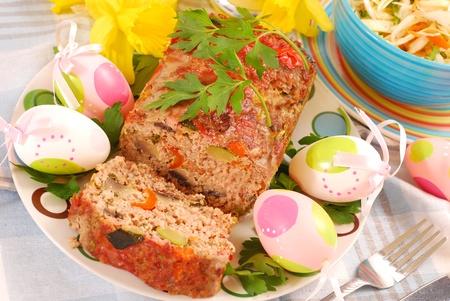 zapallitos: pastel de carne casera con calabac�n, champi�ones, pimiento, zanahoria y cebolla para la cena de Pascua Foto de archivo