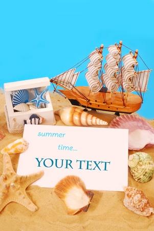 暑假背景与记忆卡在海滩上
