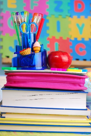 schooluitrusting en appel op het bureau in de klas