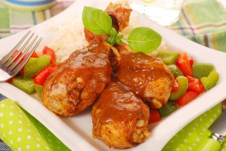 diner met gebakken kippenpoten met kerriesaus, rijst en paprika