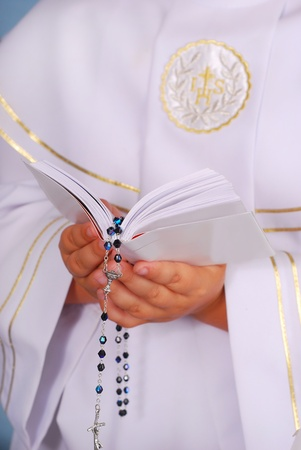 niño orando: manos de los niños curiosos van a la primera comunión