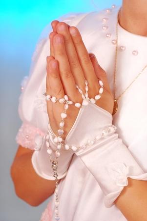 niño orando: manos de la niña curiosos van a la primera comunión Foto de archivo