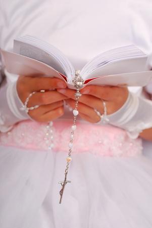 różaniec: RÄ™ce dziewczyny ciekawskich idzie do Pierwszej Komunii ÅšwiÄ™tej