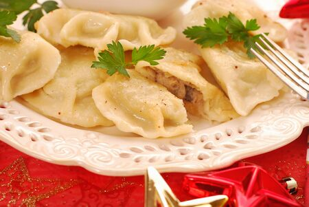 zelfgemaakte pierogi (ravioli) met champignons en zuurkool vulling voor traditionele Poolse kerstavond