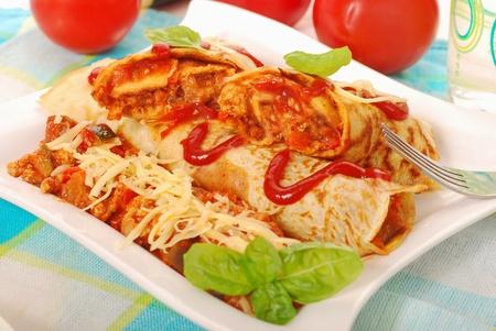 pannenkoeken met gehakt en groenten in te vullen bolognese saus