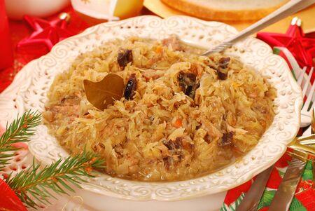 traditionele Poolse zuurkool (bigos) met paddestoelen en pruimen voor kerst Stockfoto