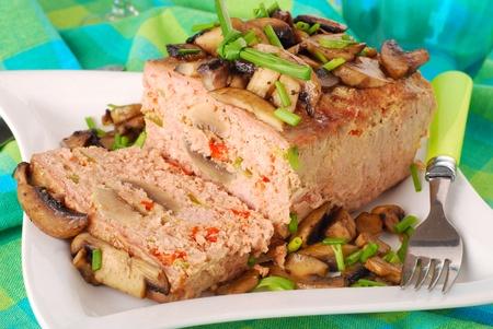 albondigas: pastel de carne al horno casero relleno con champi�ones, pimiento rojo y verde