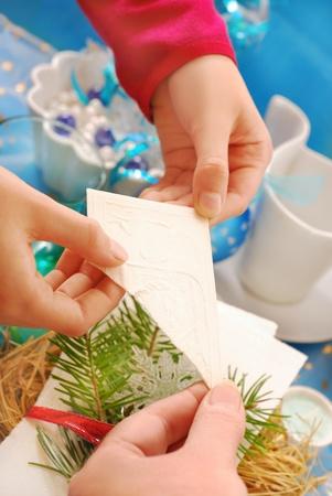 handen van familieleden te delen met traditionele kerst vooravond wafer boven de feesttafel Stockfoto