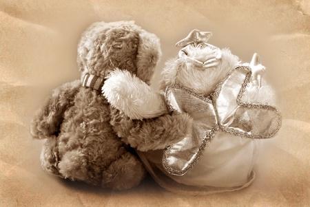 vintage teddy bears: coppia, Vintage teddy bear `s seduta con backand abbracciando in color seppia