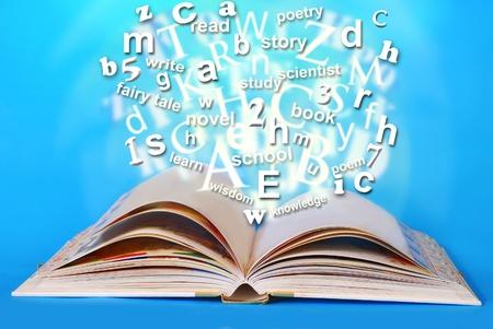 �ber Wasser: Magie aufgeschlagenes Buch mit gl�henden Worten und Briefen dar�ber