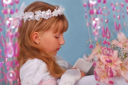 niño orando: Retrato de niña rezando de ir a la primera comunión y posando en el estudio