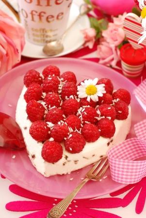Verse frambozen taart met kokos smaak slagroom op roze tafel Stockfoto - 14562172