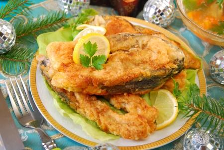 pez carpa: fritos filetes de carpa para la tradicional víspera Navidad polaca