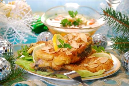 fritos filetes de carpa con copos de almendras para la tradicional víspera Navidad polaca