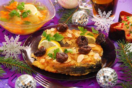ciruela pasa: fritos filetes de carpa con almendras y ciruelas tradicional v�spera de Navidad polaca