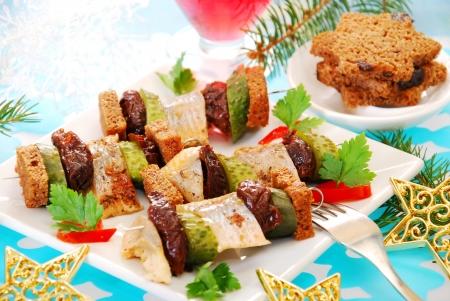 ciruela pasa: Brochetas de arenque con ciruela pasa, pepinillo pan negro para la Navidad