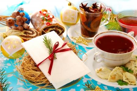 comida de navidad: polaco Nochebuena mesa con oblea blanca en la placa con heno y platos tradicionales