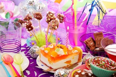 kleurrijke decoratie van de verjaardag feesttafel met taart en snoep voor kinderen