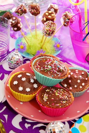 kids party: homemade muffins and marshmallow cake pops on  birthday party table for child Stock Photo