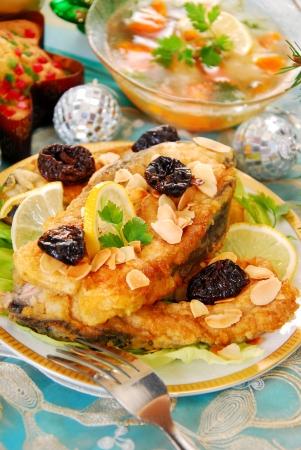 ciruela pasa: filetes empanados carpa con almendras y ciruelas pasas para Navidad Foto de archivo