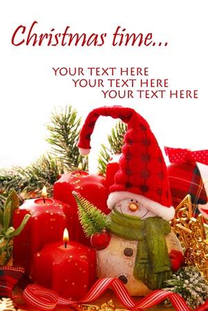 grens met kerst decoratie - sneeuwpop beeldje en rode kaarsen in stervorm