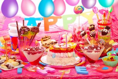 verjaardagsfeestje met zelfgemaakte taart en fruit snoep voor kinderen