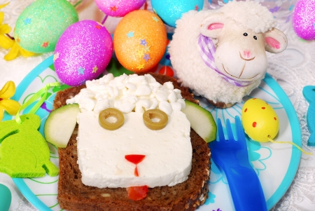 funny easter: funny easter sandwich with sheep head made from cottage cheese on dark bread as breakfast for child Stock Photo